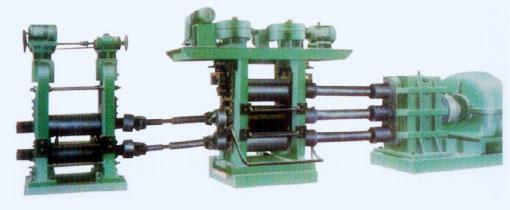 一、用途: 工作机架由三个布置在同一机架内的水平轧辊所组成,它在轧制过程中,轧辊不反转,而轧件可以通过上下轧制线进行往返轧制。目前我厂制造的下列下型三辊热轧机,用来铜材,铝材的开坯、轧制铜排,铜带的坯料。